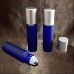 Recipient roll-on albastru royal frosted din sticlă cu capac argintiu, 10 ml